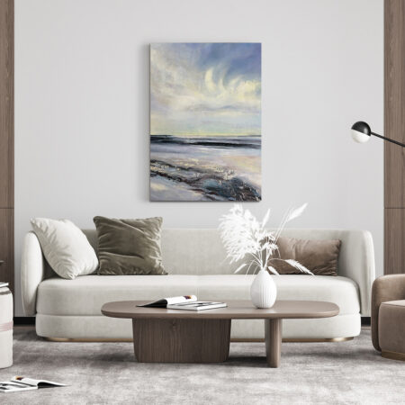 Jaki obraz kupić do salonu? Duży ręcznie malowany obraz powieszony na ścianie w salonie.